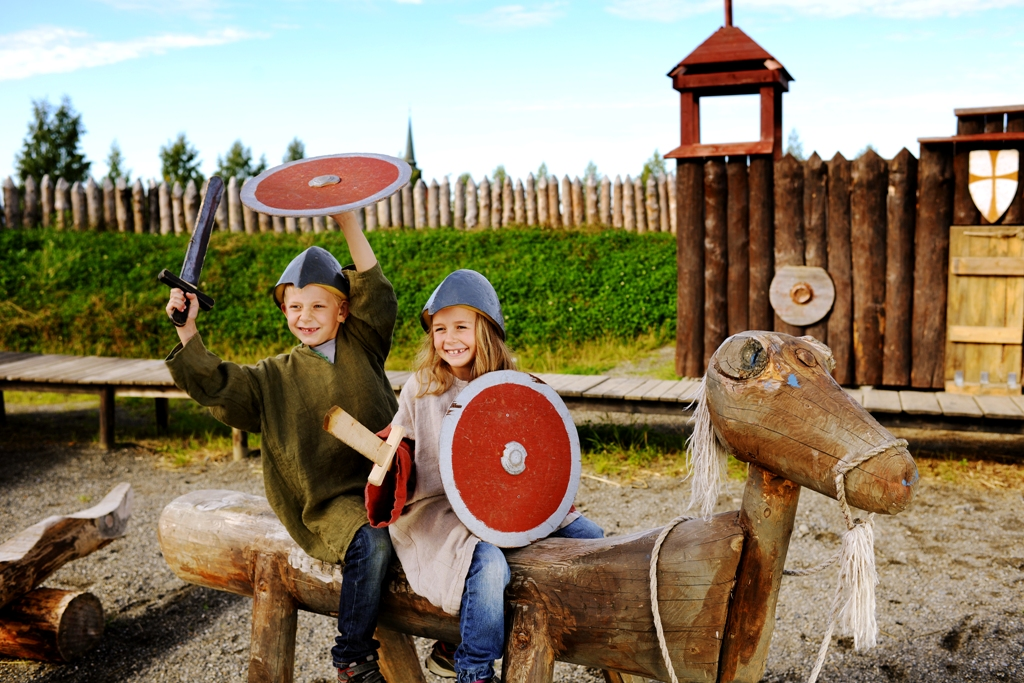 Stiklestad, vikingbarn i lek Foto:RUA_3186